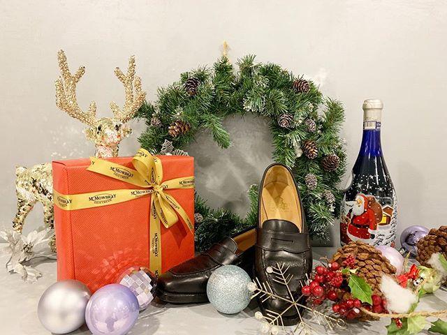 12月に入ったばかりだと思っていたら、きっとあっと言う間に日々が過ぎて、すぐにクリスマスがやって来ることでしょう。クリスマスプレゼントはもう決めましたか?狙っていたあの靴を貰うもよし、靴が好きな人へケアグッズをあげるもよしいろんなシューケアセット揃ってます︎︎︎#クリスマス #クリスマスプレゼント #ギフト #シューケア #靴みがき #shoecare #mowbray #crockettandjones #トナカイ #足元倶楽部 #おしゃれさんと繋がりたい #靴磨き女子部 o #shoecaregirls  #しじみ