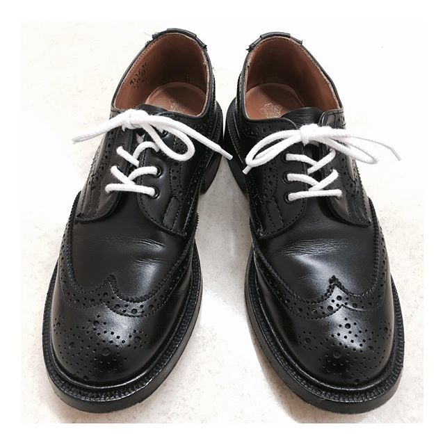 磨いてみました足元が綺麗だと気分良く過ごせますよね #trickers  #ウィングチップ #靴磨き女子部 #シューケア #shoecare #shoecaregirls #モノトーン #黒靴