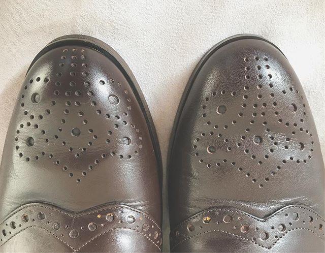 右はモゥブレィのダークブラウン、左はミディアムブラウンで磨いてみました。微妙な色の違い、お分かり頂けるでしょうか…?🤔.#shoecaregirls #靴磨き女子部 #靴磨き女子部b #shoes #shoecare #靴磨き #革靴 #革靴磨き #革靴女子 #mowbray