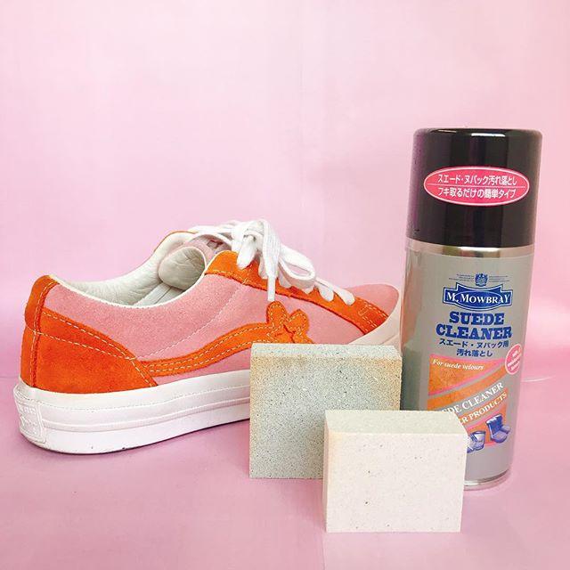 普段から泥臭い仕事が多い商品部。それでもお気に入りの靴を履きたいのです。①ラテックス&スプラッシュブラシでホコリや汚れを軽く落とします。②スエードクリーナーを頑固な汚れ部分に吹きかけて、クロスで落とします。③スエードヌバックイレイサーで落ち切らなかった汚れをこすり落とします。どこで付いたのか不明な汚れもきれいに落ちました#mowbray #スエード#靴磨き女子部e #converse#スニーカー#汚れ落とし
