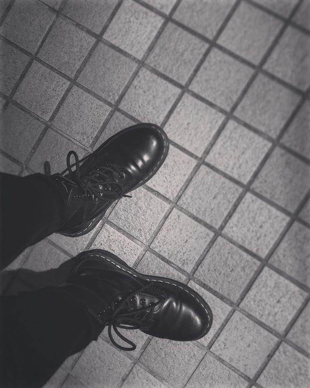 .寒い日にはマーチン。よく歩く日もマーチン。.…結果的にほぼ毎日マーチンです#靴磨き女子部#靴磨き女子部s#mowbray#drmartens#black#fashion#あしもと倶楽部#おしゃれさんと繋がりたい