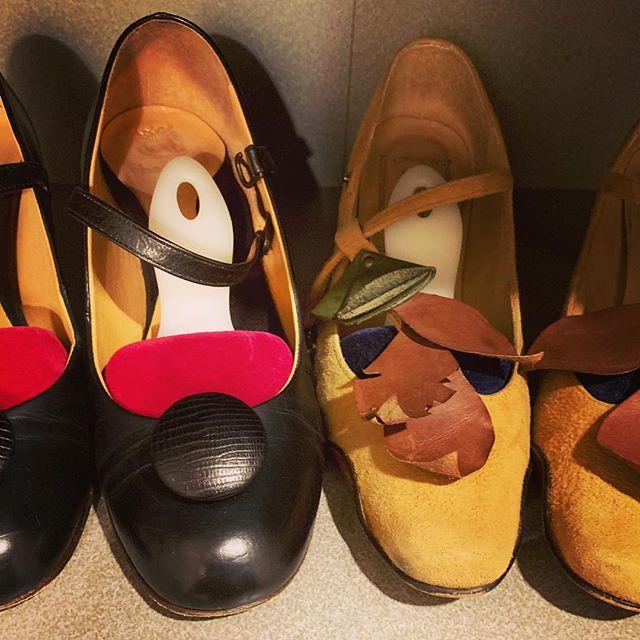 大切な靴を履かない時、どうやって保管していますか?パンプスだってシワが入るから、シューキーパーは大切︎!トゥのかたちによってキーパーのかたちも変えると、より効果があります#シューズクローク #パンプス #靴磨き女子部 #あしもと倶楽部 #靴 #ハンガー #おしゃれさんと繋がりたい #靴磨き女子部o #pionero #chausser #ベルベットキーパー #しじみ