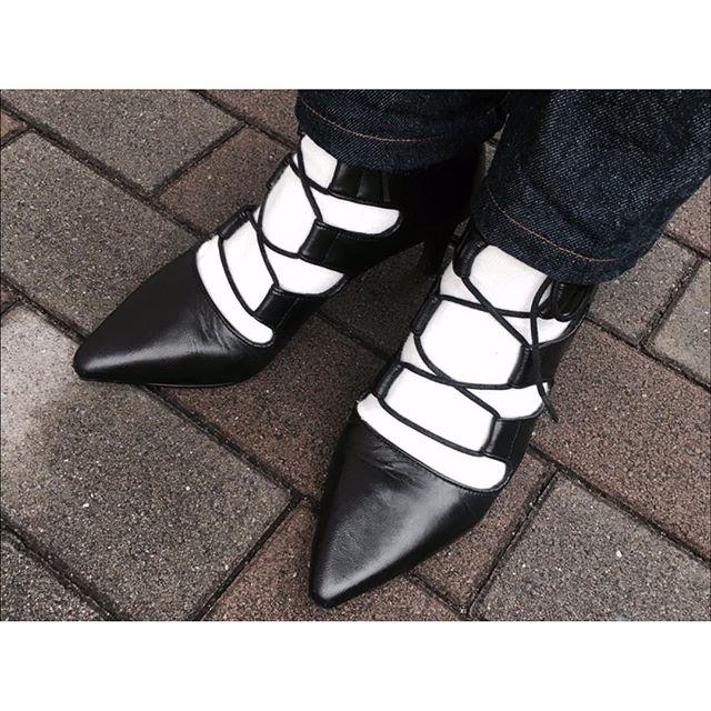デニムにはヒールを合わせてちょっとだけレディライクに。#shoecaregirls #ladiesshoes #靴磨き女子部 #SENSO #モノトーン #あしもと倶楽部 #デニムコーデ #白ソックス