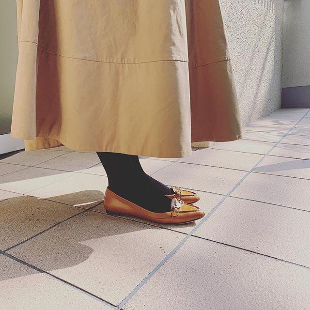 こんにちは︎今日はポカポカで暖かさを感じる浅草でした。この春はこの#santoni フラットシューズ×スカートをたくさん履きたいなぁと思ってます♬・・お手入れは、Famaco シルキーレザークリーム先端がスポンジなので、手も汚れにくく便利ですよ♬ ***************Famacoシルキーレザークリーム価格 ¥1,000+tax*************** @shoecaregirls#靴磨き女子部 #靴磨き女子部h#shoecaregirls #mmowbray #mowbraymania #shoecare#santoni #サントーニ #革靴女子#スカートコーデ #フラットシューズ #shoecare #靴磨き