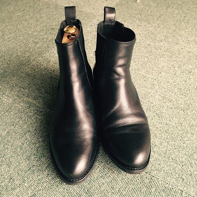 靴のハンガー=シューズキーパー。.履きジワを伸ばして長持ちさせる。.磨きやすくなる。.お気に入りの靴なら絶対にキーパーを使うことをおすすめします!..HP:@shoecaregirls #靴磨き女子部 #靴磨き女子部t #シューキーパー #サイドゴアブーツ #雨の日靴 #あしもと倶楽部 #靴のお手入れ #アンクルパーツ #サルトレカミエ #靴磨き#shoecare #kiwi #shoetree #sidegoreboots #blackshoes #shoestagram #shoecaregirls #革靴女子#靴磨き倶楽部