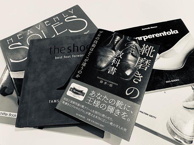 「靴磨きの教科書」発売中M.mowbrayについての誕生秘話・由来などのコラムも読み応えあります。写真が多めのお手入れ本。 靴好きの方へは、シューケアセットと一緒に本を添えてのお贈り物にしてもおすすめです️ 靴磨きの教科書 ️️R&D 代表取締役社長 静 孝一郎️毎日新聞出版社️¥1300+税#靴磨きの教科書#mmowbray #モゥブレィ #本#靴磨き本#book#shoecare#断然革靴派#靴磨き#革靴女子#ギフトタグ#贈り物 #靴磨き女子部h