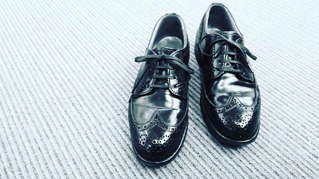 【春、靴磨きをはじめませんか?】 今週末、銀座三越婦人靴売り場ではマンツーマンの靴のお手入れ相談会を開催致します!まだ若干席が空いていますので、春に新しいことをはじめてみたい方、シューケアはじめてみませんか? ◎以下イベント詳細です===========================<R&D>靴磨き女子部シューケアマイスターによる、自分で出来る靴・革製品のお手入れ方法を実演を交え、マンツーマンでご紹介いたします。靴の基本のお手入れ方法から、正しい保管方法などもお伝えいたします。春の靴入替えシーズンに合わせて靴をお手入れしてみませんか? ■日時:3月23日(土)・24日(日)各日:午前11時30分~午後7時30分最終受付午後6時30分(1時間/1組承ります。※午後0時30分~を除く) ■2階 婦人靴 詳しくは2階婦人靴(電話03-3535-9215)までお問い合わせください。