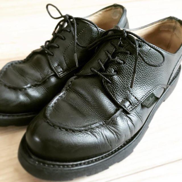 先日染め替えをしてもらったパラブーツ。靴紐と、紐の通し方を変えることでまた違った趣になりました。