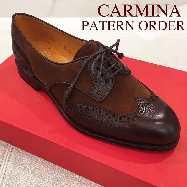 こんな革靴が欲しい!その一足、オーダーしませんか? 【CARMINAパターンオーダー会のお知らせ】5/22〜5/28銀座三越5階紳士靴売り場にてメンズ・レディース共にオーダーを承ります。シンプルなキャップトゥから、ギリーシューズ、ブーツ、ダブルモンクなどのモデルを、多種多様なレザー(スムース、スエード、シボ革、ムラ染めレザー、エキゾチックレザーなど…)でおつくりいただけます。写真のようなコンビシューズも勿論オーダー可。フォーマルな一足も、カジュアルな一足も自由自在。ときめくような一足を足元に迎えてはいかがでしょうか。