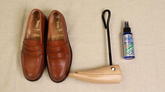 . 靴磨き女子部 Shoe Care Recipe 22回目は甲高ストレッチャーの使い方です甲が当たって痛い方必見!!詳しく解説していきます。詳細は靴磨き女子部ホームページのRECIPEからご覧いただけます。毎月1回更新中♡.HP:@shoecaregirls
