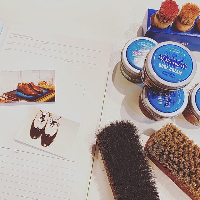 ◆6/29(土)限定◆靴磨きワークショップを開催@FANS.エキュート品川POP UPショップお手入れしたい革靴をシューケアマイスターと一緒にお手入れしてみませんか?【イベント内容】今回は書籍「やりこみノート 革靴」(エイ出版)を使用し、シューケアマイスターによる靴磨きのワークショップを開催。当日は、お気に入りの革靴を写真と共に記録していきます!「やりこみノート」は記録ノートの機能がメインとなっていますが、参加者には「やりこみノート」をプレセントいたします。靴のブランドやカラー、日付、お手入れで使用するグッズや靴に対する思い出などを記入します。最後に、革靴の写真を貼って仕上げていきます。お手入れ記録ノートとして使ってみると1冊にまとまり便利です。1ページずつ、完成ページが仕上がっていくと、見返すのも楽しくなります。磨きあげた靴を写真に収めて、ノートの1ページを一緒に作りませんか?イベント詳細は、こちらからもご覧いただけます↓https://fans.exblog.jp/30653706/【日時】6月29日(土)【時間】4回開催11時、13時、15時、17時の4部制となります。ご希望の時間の回をお選びください。◇11:00~ の部◇13:00~ の部◇15:00~ の部◇17:00~ の部各回約1時間各回の内容は同様です。※終了時間は前後する場合がございます。【場所】FANS.エキュート品川 POPUP SHOP(JR品川駅改札内 エキュート品川 2F Station Style )https://www.ecute.jp/shinagawa/limitedshop/1597当日は直接お店の方にお越しください。【定員】各回 2名※先着順となり、満員になり次第受付終了とさせていただきます。【参加費】2,160円 (税込)※当日会場にてお支払いをお願いします。【特典】◇シューケアマイスターが、革靴の正しいお手入れ方法をレクチャーいたします。 実際にご参加者に靴磨きを体験していただけるワークショップとなっております。◇「やりこみノート 革靴」1冊お持ち帰りいただけます。【持ち物】◇お手入れしたい革靴(表革)を1足ご持参ください。またはお履きになってご来店ください。◇汚れてしまう可能性もありますので、汚れても可能な服装またはエプロンなどをご持参ください。【申し込み方法】◇下記申込フォームよりお申込をお願いいたします。参加ご希望の日と時間の項目がありますのでチェックを入れてお申し込みください。https://forms.gle/vkzpwGoTGzksMjR69◇申し込みの確定については、「FANS.エキュート品川 POPUP SHOP」 (fansshinagawa@gmail.com)より2営業日以内にメールにてご連絡をさせていただきます。確定のメールをもって、受付完了とさせていただきます。◇ご応募への自動返信はございません。参加可否の確定のみメールをお送りいたします。◇お申し込みは先着順となりますので、満員になり次第受付を終了させていただきます。お申し込み時に満員の場合も、「FANS.エキュート品川 POPUP SHOP」 (fansshinagawa@gmail.com)よりご連絡させていただきます。【注意事項】※当日無断でのキャンセルは、今後当社でのイベントのご予約が受付できかねる場合がございます。【問い合わせ先】FANS.エキュート品川 POPUP SHOP(JR品川駅改札内 エキュート品川 2F Station Style ).https://www.ecute.jp/shinagawa/limitedshop/1597営業時間:平日・土 10:00-22:00日・祝 10:00~20:30メール:fansshinagawa@gmail.com