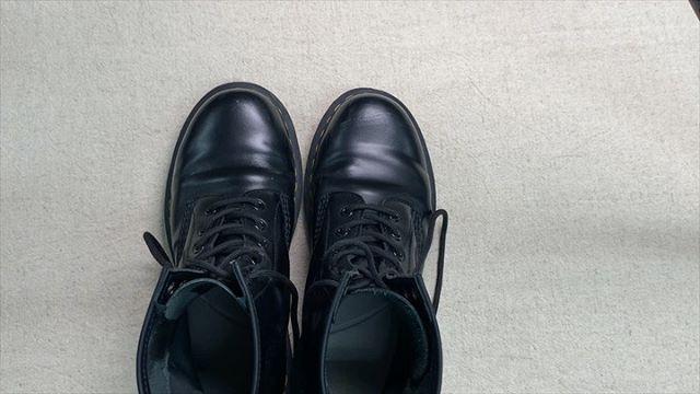 . 靴磨き女子部 Shoe Care Recipe 25回目はドクターマーチンのお手入れ方法ですご質問も多いドクターマーチンのケア方法。ガラスレザーのお手入れはとても簡単是非お試しください︎詳細は靴磨き女子部ホームページのRECIPEからご覧いただけます。毎月1回更新中♡.HP:@shoecaregirls