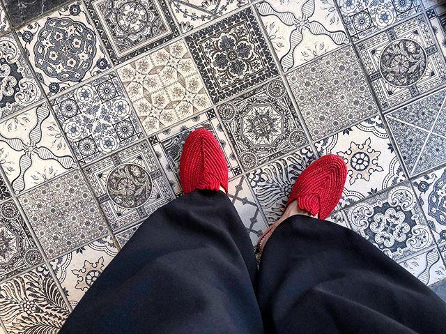 .夏休みでモロッコへ🇲🇦 .その国ごとに特徴的な靴がたくさんあって、旅行先で靴を見るのがとても好きなんです。今回はモロッコらしく真っ赤なスリッポン。通気性がよくて、暑い夏にぴったり..