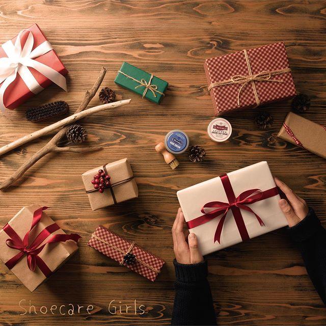 .物を大切にできるって素敵ですね。素敵な革製品を持っている方へのプレゼントにケア用品はいかがでしょうか?.︎普段のケア用には繰り返し使える除湿剤と天然成分の消臭ミスト︎鞄のケアには汚れ落としと艶出しクリーム︎汚れ落とし・艶出しオールインワンのローションが入った女性向けセット︎合成皮革、ラバー、レザーケアができるミニセットなどなど…色々使い回しが出来る商品がおすすめです︎ 包装紙を使用したラッピング以外にも単品個包装(簡易ラッピング)も受け付けております。ギフトは弊社直営オンラインショップ〈FANS.〉へ♡.靴磨き女子部ホームページは毎月更新しています!記事下にアンケートがありますので今後取り上げて欲しいテーマなど女性の皆様にもご意見頂けますと嬉しいです♡.HP:@shoecaregirls