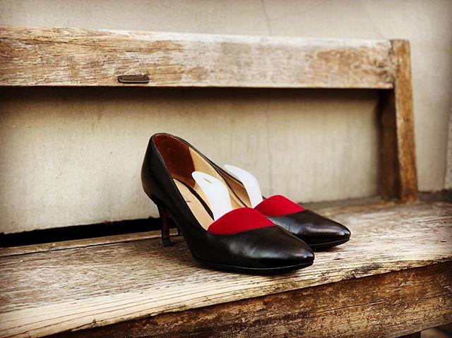 .仕事柄、クラシックな靴の出番が多くなる春。磨くと驚くほどツヤツヤになるスムースレザーのパンプスは靴磨きの楽しさを実感させてくれる1足です履きジワを伸ばして除菌効果もあるベルベットキーパーは手放せないアイテムです︎.靴磨き女子部ホームページは毎月更新しています!記事下にアンケートがありますので今後取り上げて欲しいテーマなど女性の皆様にもご意見頂けますと嬉しいです♡.HP:@shoecaregirls