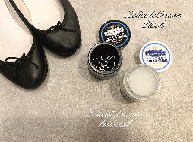 新しい靴を迎えいれたら、まず革に潤いを!・新品なのでもちろん革は綺麗な状態です。でも、手元に届くまで長く眠ってしまった靴の場合は、革も少し乾燥してしまっている場合も。・スキンケア同様、革にも潤いを。デリケートクリームは、水分をたっぷり含んだ栄養クリームです。・塗った後は、革がしっとり。でも、素材や風合いはそのまま。( 艶は控えめです)・履き始めと靴は、カラーのないニュートラルが便利です。履き込んで色落ちが気になりだした黒い革靴には、補色もできるブラックがおすすめです◎M.MOWBRAY デリケートクリーム乳化性革用栄養保革クリームカラー2色( ブラック・ニュートラル)ブラックは補色効果もあります。1,000円+tax