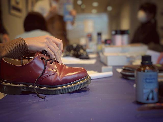 靴磨き女子部に新しい部員が増えました♡.先輩に習う靴磨きの技術.新入社員の真剣な眼差し..靴がキレイになると嬉しい。この気持ちをいつまでも忘れずに︎..@shoecaregirls .